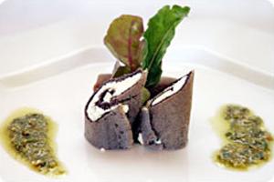 Crepes de Farinha de Arroz Preto com Coalhada Seca e Pesto de Rúcula