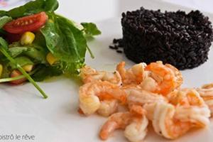 Arroz Preto com Salada de Agrião e Camarões